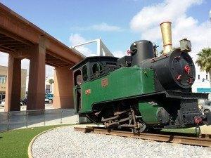 Locomotora que se conserva de las minas del Rif, en Melilla, al pie de la via elevada.