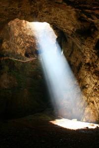 La espectacular entrada a las cuevas del Friourato
